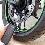 出先でタイヤの空気を入れたい!ならばコレです。デジタル液晶&充電式でガジェット気分のキジマ・スマートエアポンプ - 02-5