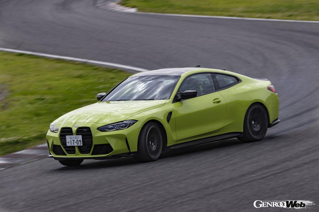 BMW M4 クーペ コンペティションの走行シーン