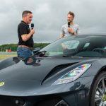 新型ロータス エミーラをジェンソン・バトンがドライブ! 元F1王者による最新ミッドシップスポーツの評価とは - GQW_Jenson-Button-and-Matt-Windle-Lotus-Cars-MD-and-the-Lotus-Emira_4