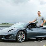 新型ロータス エミーラをジェンソン・バトンがドライブ! 元F1王者による最新ミッドシップスポーツの評価とは - GQW_Jenson-Button-and-the-Lotus-Emira_1