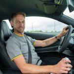 新型ロータス エミーラをジェンソン・バトンがドライブ! 元F1王者による最新ミッドシップスポーツの評価とは - GQW_Jenson-Button-and-the-Lotus-Emira_2