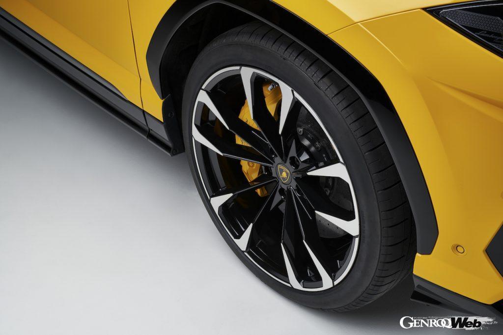 市販SUVで初めて23インチホイールが採用されたウルス