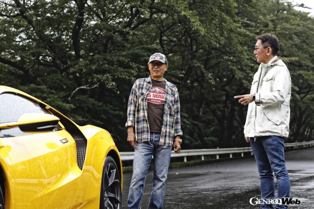 NSXの前で語り合うピストン西沢さんと橋本洋平さん