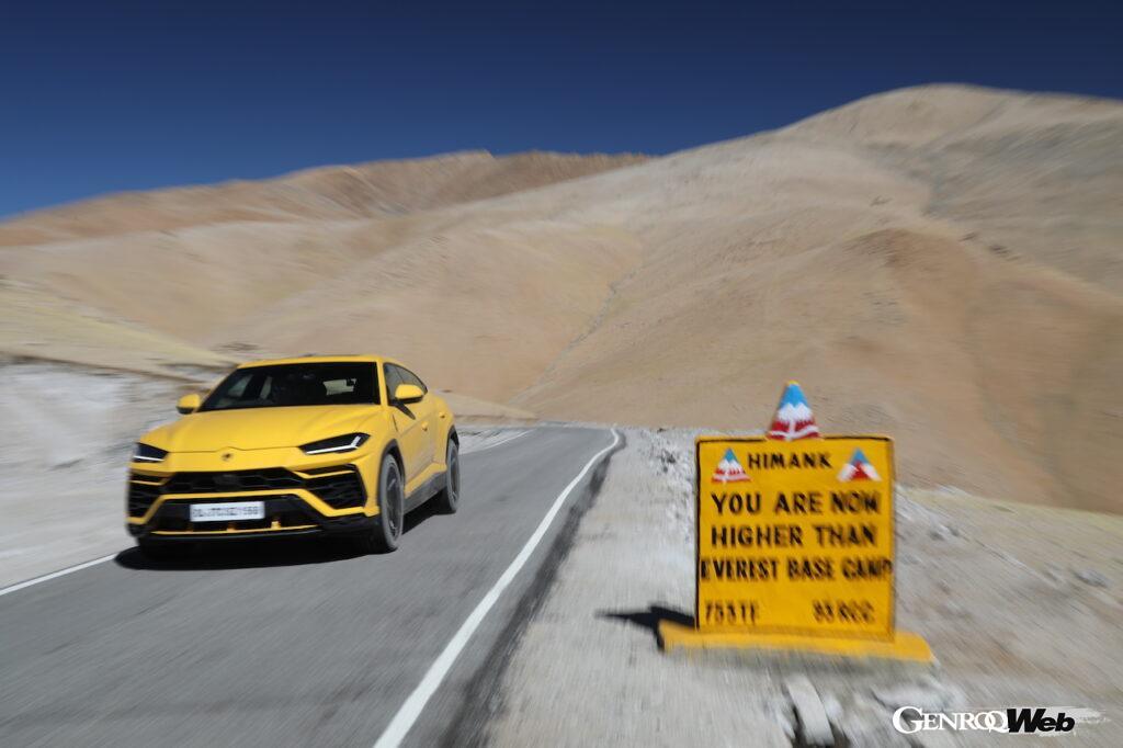 ランボルギーニ ウルス、1万9300フィートの世界最高地を誇る道路「ウムリング・ラ・パス」を走破