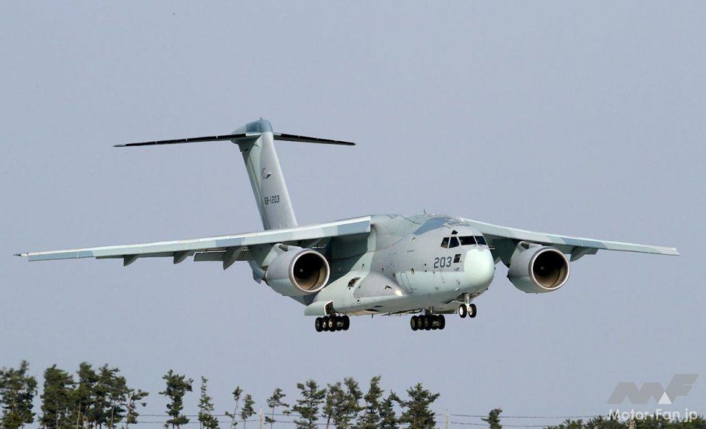 着陸態勢にあるC-2輸送機