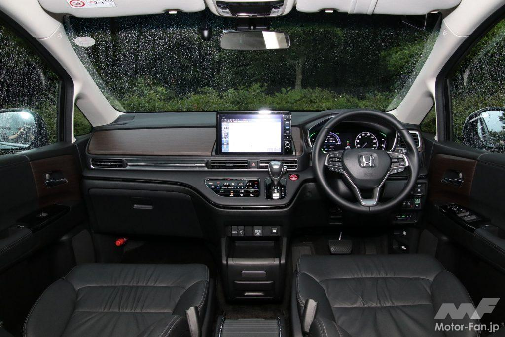 インパネアッパーパネルの全面変更で視覚的圧迫感も軽減された運転席まわり