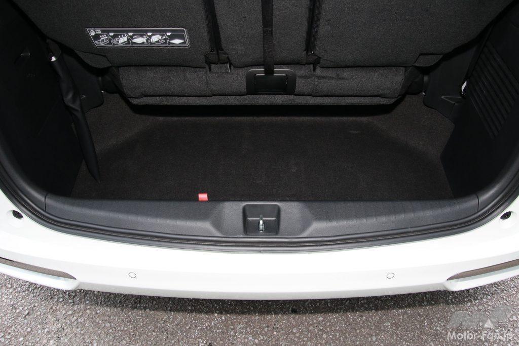 3列目使用時の荷室底部。奥行きは57cm(筆者実測)、容量は330L(メーカー公表値)