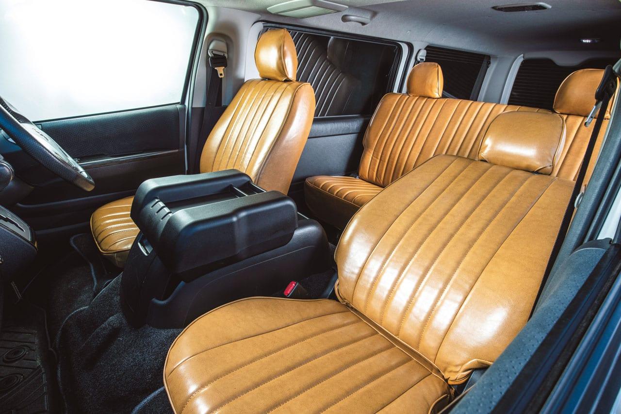「え、コレがハイエース!? 車内の雰囲気を一変するレザーカバー|Artina|200系ハイエース カスタム」の1枚目の画像