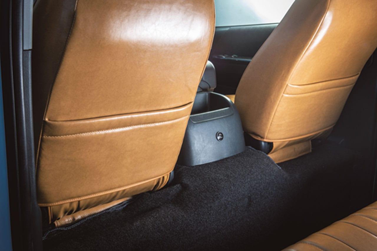 「え、コレがハイエース!? 車内の雰囲気を一変するレザーカバー|Artina|200系ハイエース カスタム」の3枚目の画像