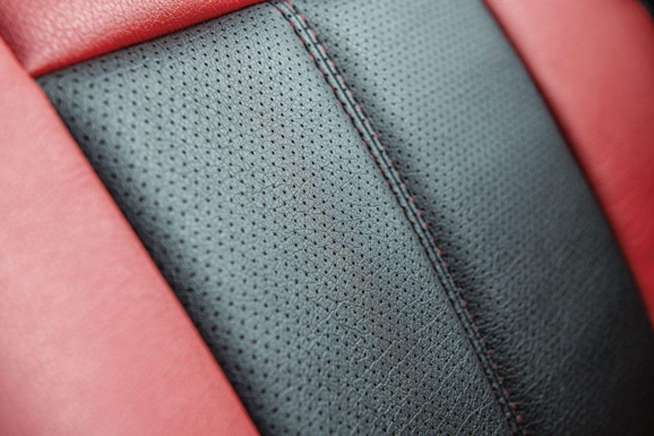 「え、コレがハイエース!? 車内の雰囲気を一変するレザーカバー|Artina|200系ハイエース カスタム」の9枚目の画像