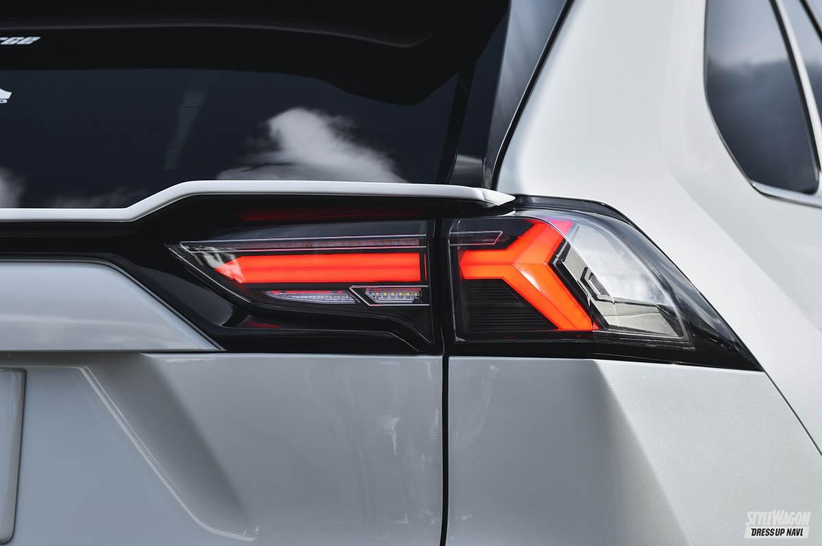 「【この光は美しすぎる】トヨタ 50系RAV4用フルLEDテールランプが10月発売予定! ウインカーも流れます」の1枚めの画像