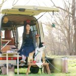 【車中泊満喫】アウトドア女子が愛犬との旅。DIYで仕上げたお洒落なライトキャンパー -